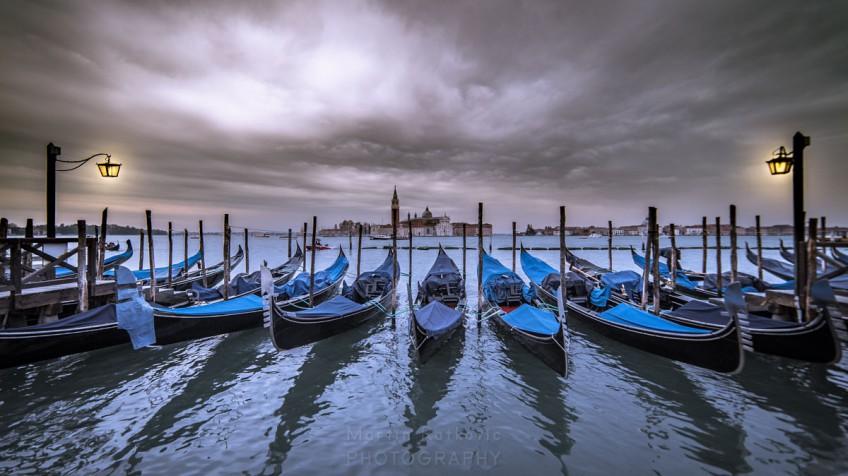 Gondeln im venezianischen Hafen