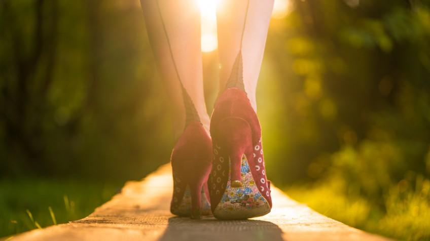 Schuhe im Gegenlicht bei einem Fashion-Shooting